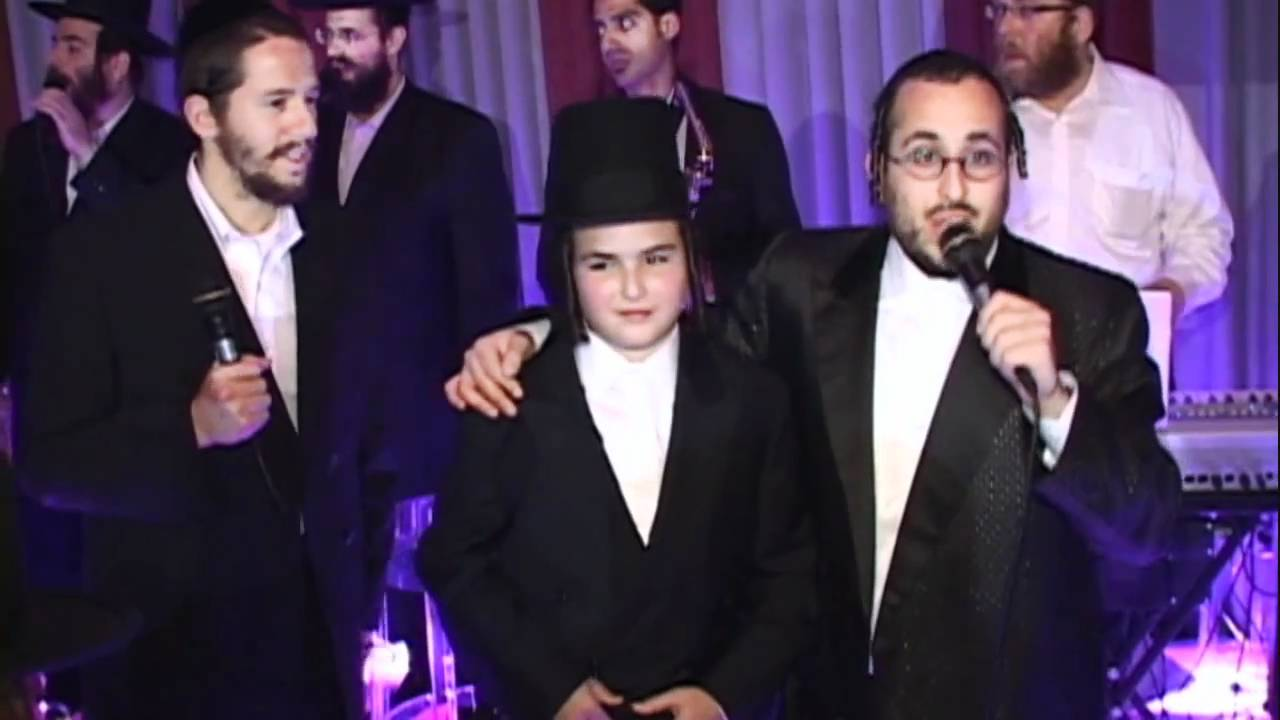 "Lipa Schmeltzer Sings New Song - ""Ohev Shalom"" With Mezamrim Choir"