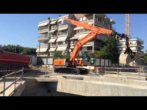Hitachi Zaxis 350 Excavator With Telescopic Arm Works At 25 Meters Depth