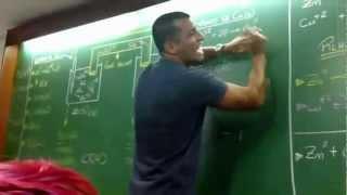 professor dando aula com funk aula de qumica rap da pilha