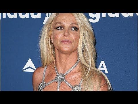 Бритни Спирс в мини-бикини показала чудеса гибкости и Cела на шпагат