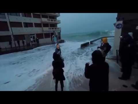 عجائب الدنيا   امواج البحر تبتلع مراسلة التلفزيون الفرÙ