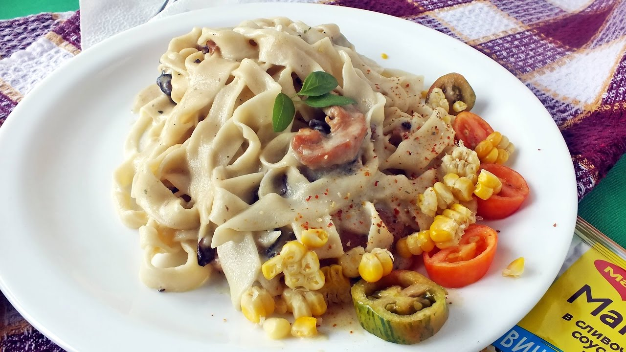 курица с макаронами в сливочном соусе с грибами