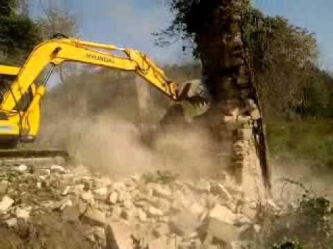 excavator hyundai vs old house.mp4