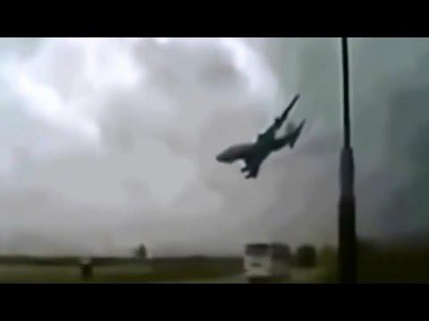 Самолет упал возле трассы. Жуткое видео