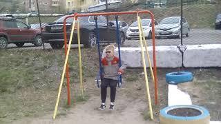 Счастливые дети и непредсказуемая собака на детской площадке. Владивосток, 28.04.2018.