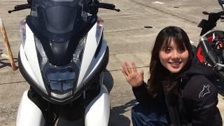 女優 小野木里奈さんがヤマハLMW採用の3輪「トリシティ155」に初挑戦!! 「バイクのニュース」ロケ舞台裏で「傾けるのが楽しい!!」