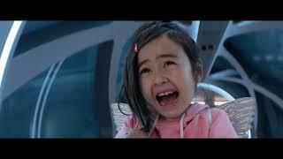 Megalodon (2018) - Tiburón Intenta Comerse a la niña