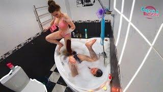 Сумасшедшая  шутка шалость над беременной  девушкой ванной.Crazy horror prank on pregnant girl 18+