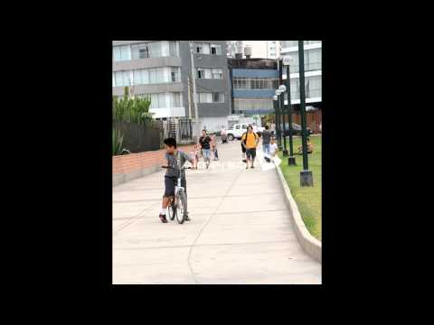 Biuf, english bulldog skater from Perú: skateboarding in Miraflores, Lima