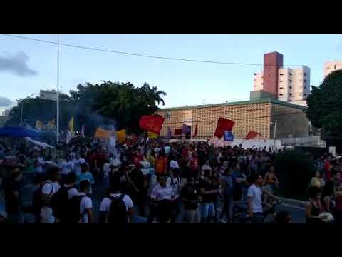 Multidão ocupa ruas de Natal em protesto contra cortes na educação