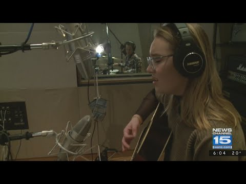 Addison Agen in studio