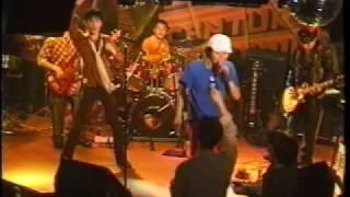 結成4年目を迎えた1998年のライブ映像。曲は初期の頃よくやっていた田中...