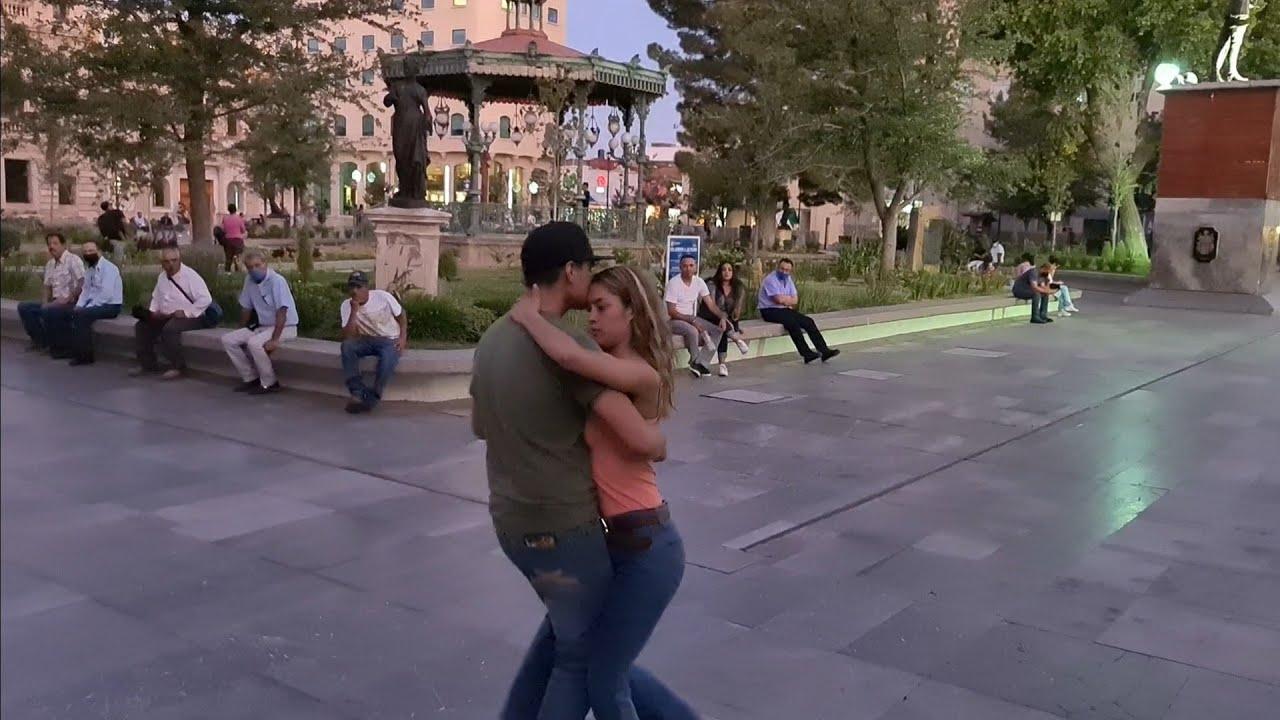 Iscra y Amaury bailando y Betito de celostino