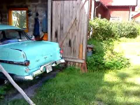 Pontiac 1956 backas ut ur garaget