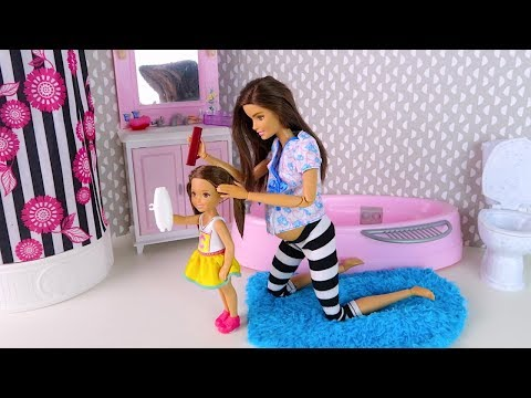 Видео как играют с куклами