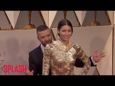 Justin Timberlake Pretends to Photobomb...