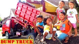 Anak Lucu dan Truck Besar Nurunin Pasir Sedang Beraksi | Funny Kids & Dump Truck In Action