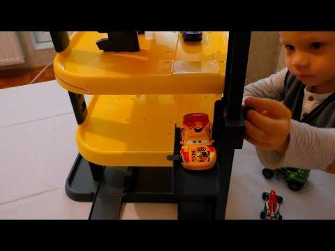 Смотреть онлайн Детский гараж парковка гараж и трасса с гоночными машинками