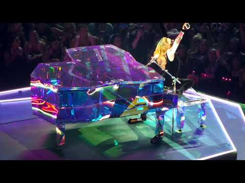 Audience Lights Find Yourself in the Audience! - Lady Gaga Live in Cleveland 8/23/2017