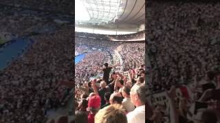 "Gambar cover England fans singing ""Don't Look Back In Anger"", ahead of kick off tonight. 👏"