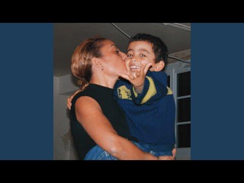 Bilal Hassani rend un hommage vibrant à sa mère dans Je danse encore