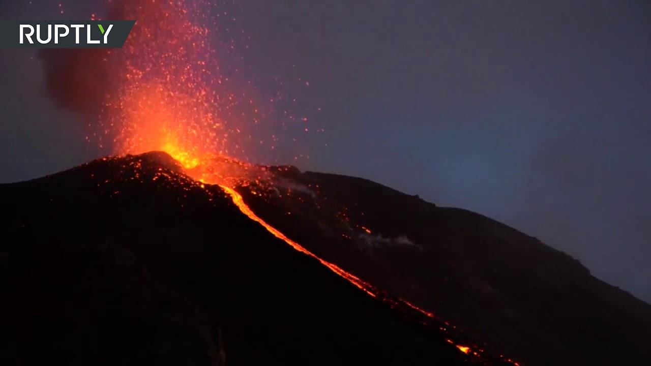 Вулкан Тааль на Филиппинах. Извержение вулкана Тааль в январе 2020.