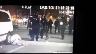 Un protestatar pașnic bătut fără motiv, cu bestialitate, de un jandarm violent
