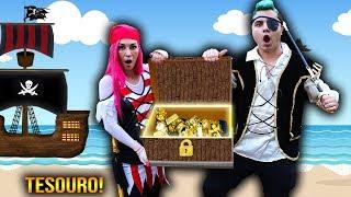 CRIANÇA FINGE BRINCAR DE PIRATA E ACHA TESOURO SECRETO !  Pretend Play with Pirate Ship Toy