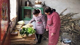 疫情期间少出门,儿媳在家做涮锅,有13份配菜,婆婆一尝真好吃