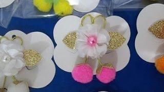 Pompom com mini flor no bico de pato