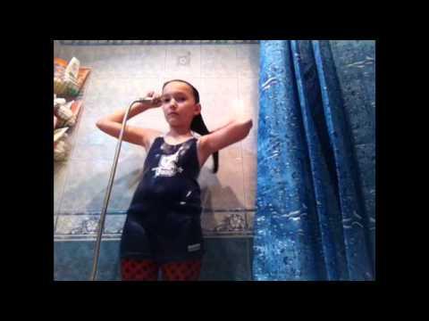 девушки в одежде под душем фото