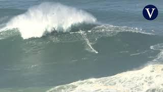 Surfistas se aventuran con el oleaje de Nazaré
