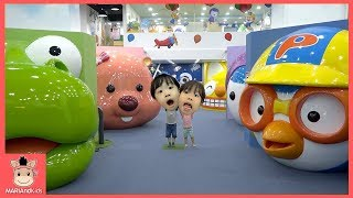 상어가족 대형 뽀로로 친구들 나타났어요! 키즈카페 함께 놀아요♡ 테마파크 공풀 편백나무 놀이터 놀이 Kids Indoor Playground | 말이야와아이들 MariAndKids