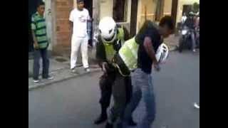 Jóvenes agreden a policías en Bello, Antioquia