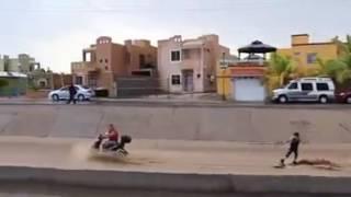 Ciudadanos aprovecharon el cauce para surfear, en La Paz