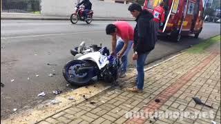Condutor de Uno causa grave acidente com moto e foge do local