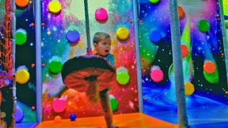 Развлечения и Много Шариков в Детском Лабиринте !!!