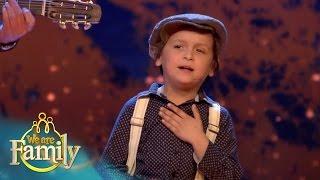 De 5-jarige zigeuner James zingt