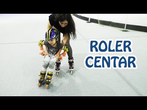 Sonja prvi put vozi ROLERE! Pada i smeje se! Obuka voznje sa instruktorom First Time Roller Skating