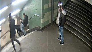 В Германии задержан хулиган, столкнувший девушку с лестницы в метро(В Германии арестован мужчина ногой столкнувший девушку в переходе берлинского метро. Видеозапись с камеры..., 2016-12-18T07:41:30.000Z)