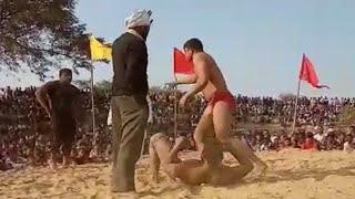 विक्रम से कुश्ती लड़ते समय इस पहलवान के घुटने मैं आई मोच