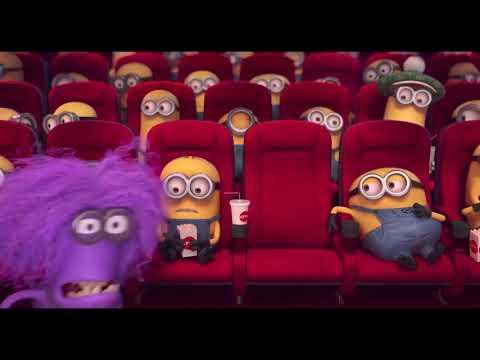 Миньоны сидят в театре