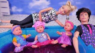 Rodzinka Barbie #11 MAMA I TATA ODWIEDZAJA BARBIE - ZABAWA DZIECI W SLIME GIBBI Bajka z ...