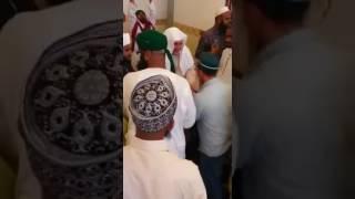 مقطع فيديو يثير أزمة فى السعودية.. مصلون يتبركون بإمام مسجد في مكة ويشربون من أثره