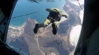 Расплескалась Синева Спецназ в Небе Прыжки с Парашютом типа Крыло Десантирование с Вертолета