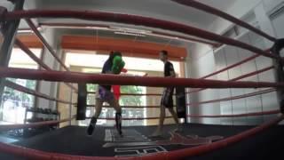 Чемпионка по тайскому боксу притворяется, что она впервые в зале