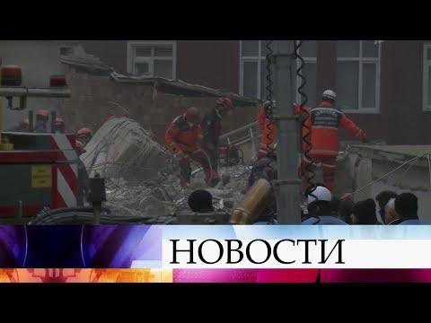 В Стамбуле спустя два дня после обрушения дома удалось вытащить из-под завалов живого подростка.