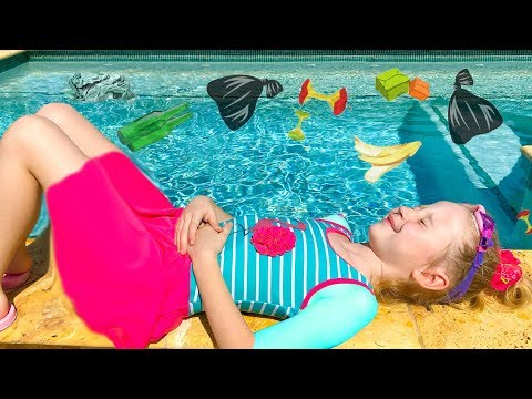 Настя и папа собираются плавать в бассейне