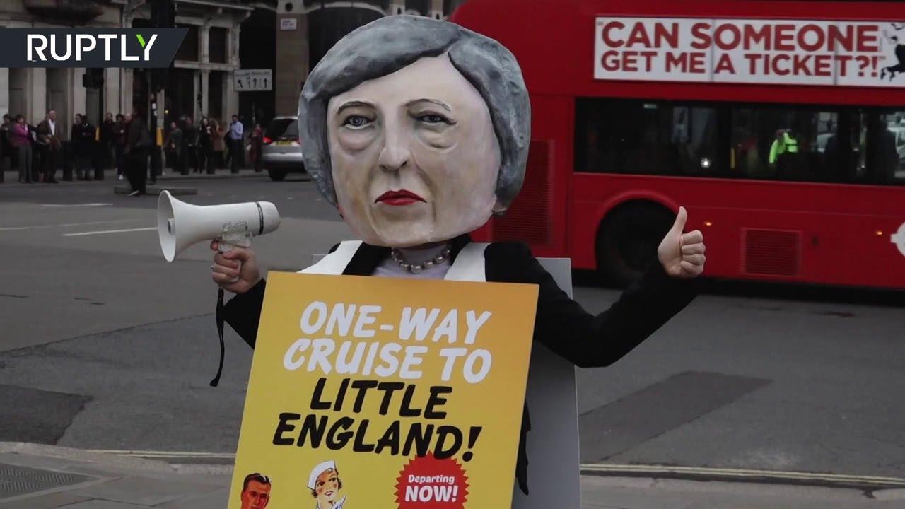 Протестующие в Лондоне представили Терезу Мэй в образе диктатора