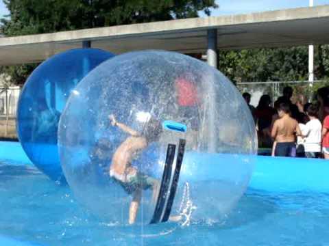 Alquiler bolas para caminar sobre el agua youtube for Bolas para piscina de bolas